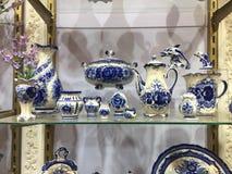 Vaisselle bleue de porcelaine à vendre Sélection des plats, des cuvettes et de la porcelaine à vendre dans le magasin ustensiles  image libre de droits