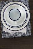 Vaisselle d'ustensiles en émail de vintage sur de rétros tissus sur le CCB en bois rustique Photo libre de droits