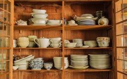 Vaisselle dans le garde-manger en bois Photographie stock libre de droits