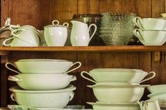Vaisselle dans le garde-manger en bois Photographie stock