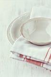 Vaisselle de cru et essuie-main de thé Photographie stock