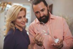 Vaisselle de cuisine de achat de beaux couples m?rs au magasin photographie stock libre de droits