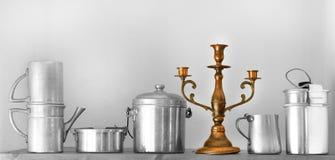 Vaisselle de cuisine de vintage sur l'étagère de panneau de pays Images libres de droits