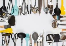 Vaisselle de cuisine diff?rente sur une vue sup?rieure de fond gris Appareils de cuisson photographie stock libre de droits
