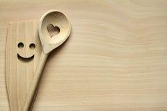 Vaisselle de cuisine en bois sur la planche à découper Photographie stock libre de droits