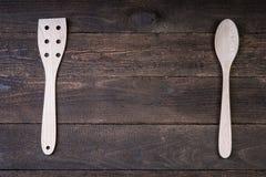 Vaisselle de cuisine en bois sur la table en bois Photographie stock libre de droits