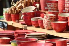 Vaisselle de cuisine en vente sur un marché Images libres de droits