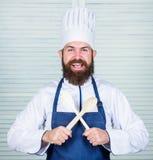 Vaisselle de cuisine et concept de cuisson Laisse le goût d'essai Ajoutez quelques épices Homme avec la barbe dans la cuisson de  images stock