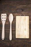 Vaisselle de cuisine et planche à découper en bois sur la vieille table Photographie stock libre de droits