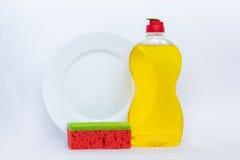 Vaisselle de cuisine lavant le liquide jaune, bouteille propre, plat propre et images libres de droits