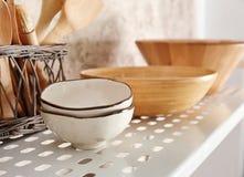 Vaisselle de cuisine sur l'étagère photographie stock libre de droits