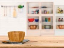 Vaisselle de cuisine sur le compteur en bois Image libre de droits