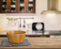 Vaisselle de cuisine sur le compteur en bois Photos libres de droits