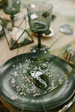 Vaisselle de mariage avec la carte nominative, verre Photos stock