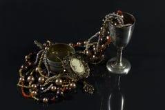Vaisselle de rareté avec des bijoux Images libres de droits