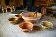 Vaisselle en bois et d'argile dessus et vieille table en bois Images stock