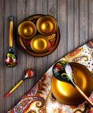 Vaisselle en bois peinte avec Khokhloma images libres de droits
