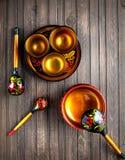 Vaisselle en bois peinte avec Khokhloma image libre de droits