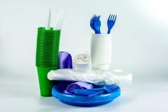 Vaisselle en plastique multicolore d'isolement sur le blanc images stock