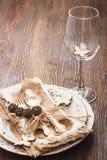 Vaisselle et argenterie avec des décorations photographie stock libre de droits