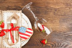 Vaisselle et argenterie avec la fraise et les biscuits photo libre de droits