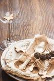 Vaisselle et argenterie avec les décorations sèches, fond en bois images libres de droits