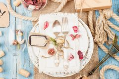 Vaisselle et argenterie avec les fleurs et les décorations sèches images libres de droits