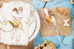 Vaisselle et argenterie avec les fleurs sèches Image stock