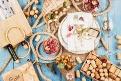 Vaisselle et argenterie avec les fleurs sèches images stock
