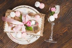 Vaisselle et argenterie avec les roses rose-clair gonflées Photographie stock