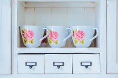 Vaisselle montrée dans le meuble de rangement à la maison en tant qu'élément de l'international photo stock