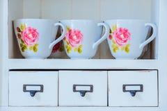 Vaisselle montrée dans le meuble de rangement à la maison en tant qu'élément de l'international images libres de droits
