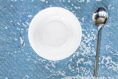 Vaisselle, plat vide, plat, cuillère, fond en pierre, boom bleu images libres de droits