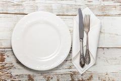 Vaisselle plate sur la table en bois Photo libre de droits