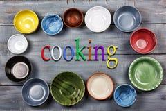 Vaisselle, plats, cuvettes, concept, faisant cuire la nourriture, multicolore, fin de support Image stock