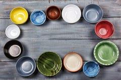 Vaisselle, plats, cuvettes, concept, faisant cuire la nourriture, multicolore, fin de support Images libres de droits