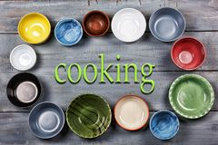 Vaisselle, plats, cuvettes, concept, faisant cuire la nourriture, multicolore, fin de support photographie stock