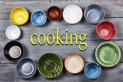 Vaisselle, plats, cuvettes, concept, faisant cuire la nourriture, multicolore, fin de support photo stock