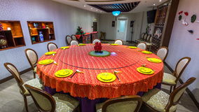 Vaisselle rouge et plats et tasses jaunes sur l'animation d'arrêt-mouvement de timelapse de table ronde Ensembles de vaisselle po banque de vidéos
