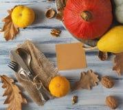 Vaisselle sur la table en bois Photographie stock libre de droits