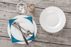 Vaisselle sur la table en bois Photo libre de droits