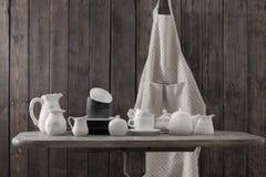Vaisselle sur le fond en bois dans la cuisine photographie stock libre de droits