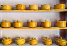 Vaisselle traditionnelle, cuvettes faites de grès jaune Images stock