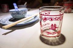 Vaisselles et tasse en verre avec un caractère chinois Photographie stock libre de droits