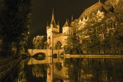 Vajdahunyad城堡在一个夏夜在布达佩斯 库存图片