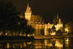 Vajdahunyad城堡在一个夏夜在布达佩斯 免版税库存图片