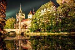 Vajdahunyad城堡在与湖的晚上在布达佩斯,匈牙利 免版税库存照片