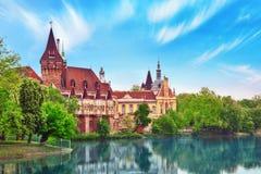 Vajdahunyad slott (ungrare-Vajdahunyadvara) med sjöreflec fotografering för bildbyråer