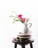 Vajilla con las flores imagenes de archivo