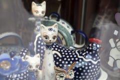 Vajilla de cerámica con un diseño polaco tradicional en una tienda de souvenirs Fotos de archivo
